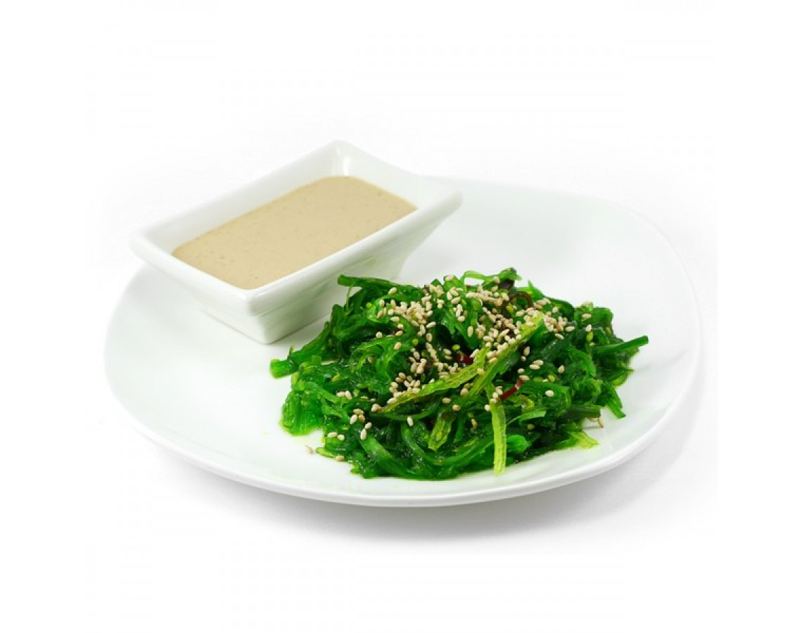 Салат Чукка с ореховым соусом